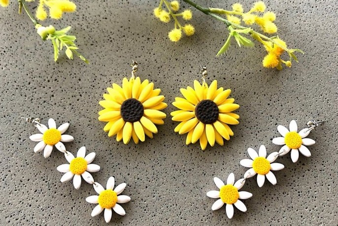 Brooches in daisy designs.